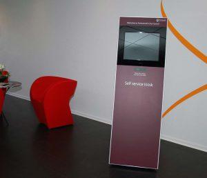 SIGNAMEDIA Digital Kiosk Maxi mit 19 Zoll Monitor und Folierung