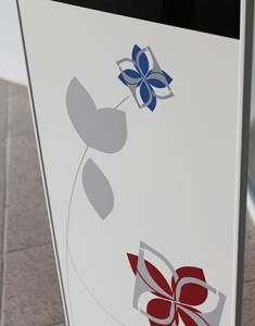 Individuelle Folierung beim SIGNAMEDIA Digital Kiosk Mini
