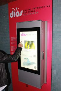 Bedienung des Digital Kiosk Outdoor On-Wall