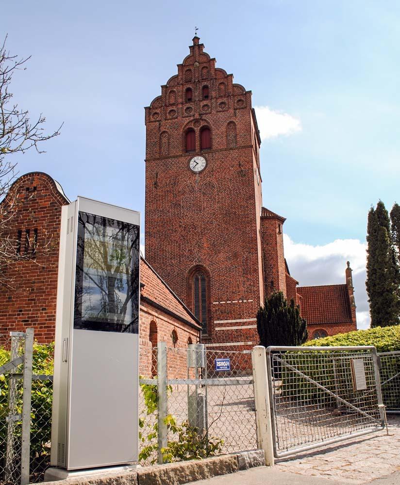 SIGNAMEDIA Digital Kiosk Outdoor Stele vor Kirche