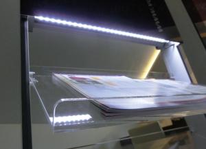 SIGNAMEDIA Digitaler interaktiver Prospektständer - Beleuchtung